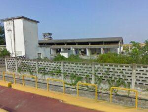 Parte delle strutture ricoperte di cemento amianto abbandonato agli agenti atmosferici